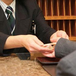 旅館業法施行令の改正により宿泊者数が10人未満の場合、玄関帳場(フロント)は不要となった